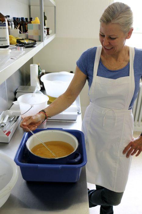 Olivenöl und Kokosöl werden auf 40 Grad erhitzt